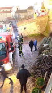 Divampa incendio in un magazzino nel centro storico di Sellia