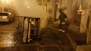 Moto-ape distrutta dalle fiamme nella notte, indagini in corso