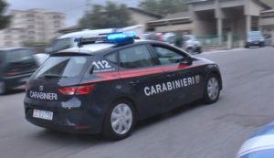 Ferisce a colpi di arma da fuoco due persone e poi si barrica in casa, si arrende ai carabinieri