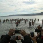 Crotone – In 100 si tuffano in mare per il tradizionale benvenuto al nuovo anno