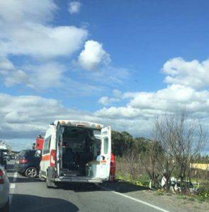 Scontro tra due auto sulla Ss 106, traffico bloccato