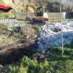 Materiali inerti e residuo di demolizione in un fosso, area sequestrata