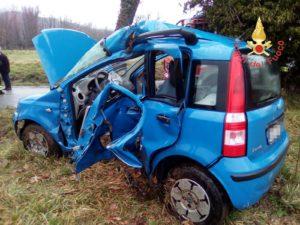 Sbatte con l'auto contro albero, giovane in gravi condizioni trasportato all'Ospedale di Soverato