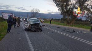 Scontro tra due auto, due feriti