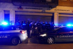 Rapina un supermercato, ma all'uscita trova i carabinieri. 41enne arrestato