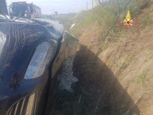 Auto esce ribaltandosi sulla Ss 106, ferito il conducente