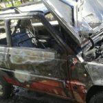 Auto in fiamme per la perdita di carburante