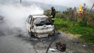 Auto completamente distrutta dalle fiamme nel comune di Tiriolo