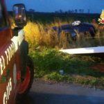 Auto si ribalta sulla Ss 106 e finisce in un canale, ferito il conducente