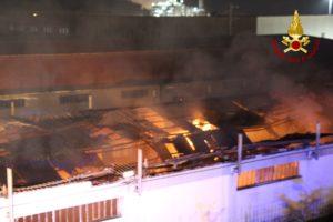 Distrutto da un incendio capannone adibito a deposito di mobili