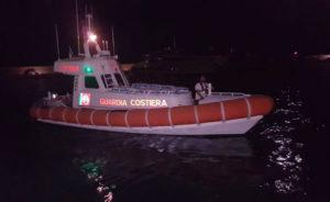 Barca si rovescia e cade in mare, muore 55enne