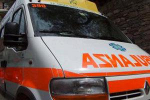 Precipita mentre pulisce la finestra di casa, muore donna di 69 anni