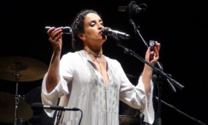 La star israeliana Noa incanta e commuove la Calabria