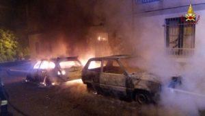 Due auto distrutte dalle fiamme nella notte a Isca sullo Jonio