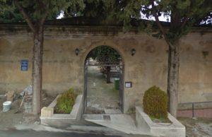 Degrado e abbandono al cimitero di Davoli