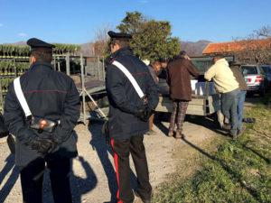 Sfruttava tre giovani stranieri a lavorare nei campi 14 ore al giorno, 52enne arrestato