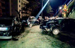 Auto sbanda e centra quattro vetture parcheggiate, ferito il conducente