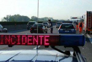 Scontro tra auto e camion, muore una donna di 42 anni