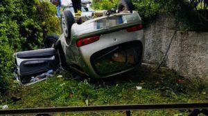 Auto sfonda recinzione e si ribalta. Muore donna, grave il marito