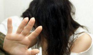 Minaccia l'ex moglie con coltello da cucina, 59enne arrestato