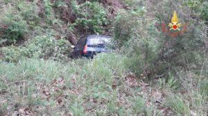 Auto abbatte muretto e finisce in una scarpata, ferito il conducente
