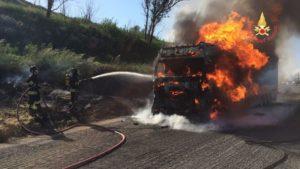 Autoarticolato in fiamme sull'A2, illeso il conducente