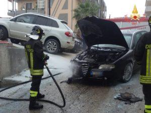 Davoli – Auto in fiamme sulla Ss 106, intervengono i vigili del fuoco