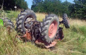 Trattore agricolo si ribalta, muore 70enne