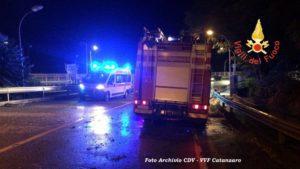 Allerta vigili del fuoco per una porta bloccata e poi tenta di gettarsi da ponte a Catanzaro, salvato