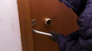 Tentano di entrare in abitazione, tre arresti