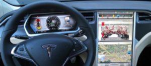 """Tesla con """"Auto pilota"""": un altro incidente in Svizzera. Bruciato in auto il conducente, le fiamme forse causate dalle batterie"""