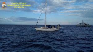Intercettata barca con 45 migranti, fermati scafisti