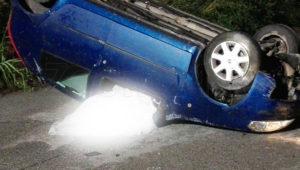 Perde il controllo dell'auto e si ribalta, muore una donna