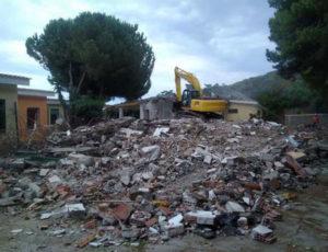 Iniziata la demolizione di venti villette abusive