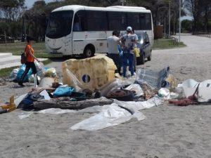 A Lamezia Terme gli studenti puliscono la spiaggia
