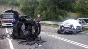 Violento scontro tra due auto sulla SS107. Morti due giovani, grave un 18enne