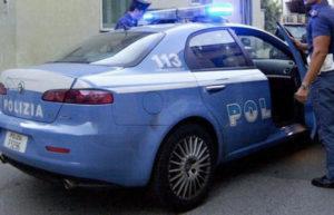 Picchia e minaccia compagna davanti ai tre figli minori, arrestato