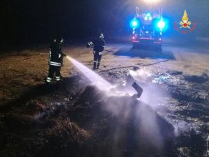 A fuoco rifiuti sulla spiaggia di Roccelletta di Borgia