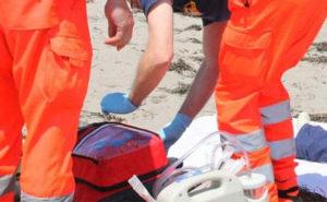Malore in spiaggia, muore turista di 79 anni