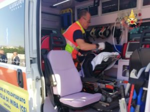 Cade durante la gita in montagna, escursionista recuperata con l'elicottero