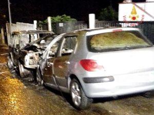 Due auto distrutte dalle fiamme nella notte a Borgia