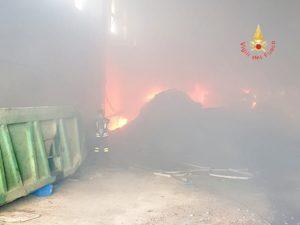 Incendio nella zona industriale ex Sir di Lamezia Terme