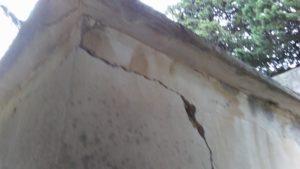Lo stato di abbandono in cui versa il cimitero di Davoli