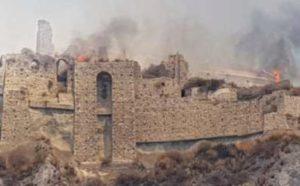 Incendio distrugge il parco del castello medievale di Roccella Jonica