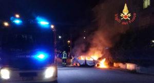 Badolato – Auto in fiamme davanti casa del proprietario, nessun ferito