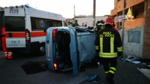 Auto si ribalta in uno scontro, ferito il conducente