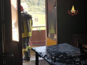 A fuoco abitazione, intervento dei Vigili del Fuoco