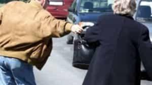 Anziana rapinata all'uscita dalla messa, uomo le strappa la borsa