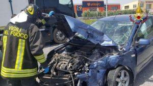 Incidente tra un tir ed alcune auto sulla Ss 106, tre feriti