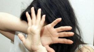 Scaraventa moglie a terra e la trascina per capelli, 31enne arrestato